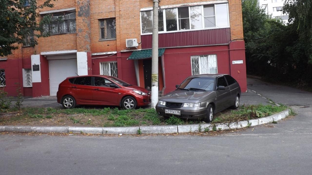 В Курске усилят контроль за самовольной парковкой на газонах