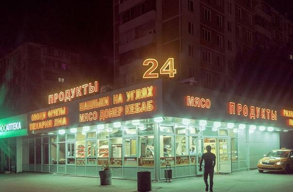 Киберпанк, который мы заслужили... Российский фотограф Константин Вихров запечатлел улицы Москвы в мрачной стилистике киберпанка. Только вместо неоновых надписей на японском или английском его