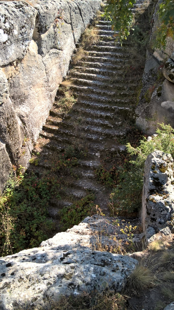 Лестница со дна пещерного водоёма на верх