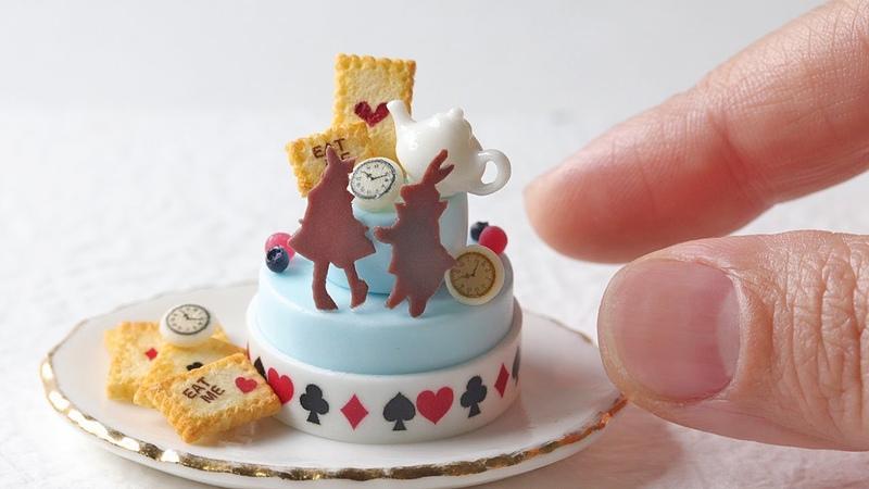 樹脂粘土で不思議の国のアリスをテーマにしたミニチュアのケーキを 20316