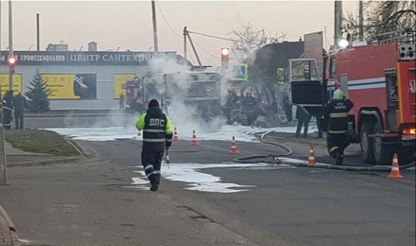Автобус в Бобруйске сгорел прямо на дороге — видео, фото