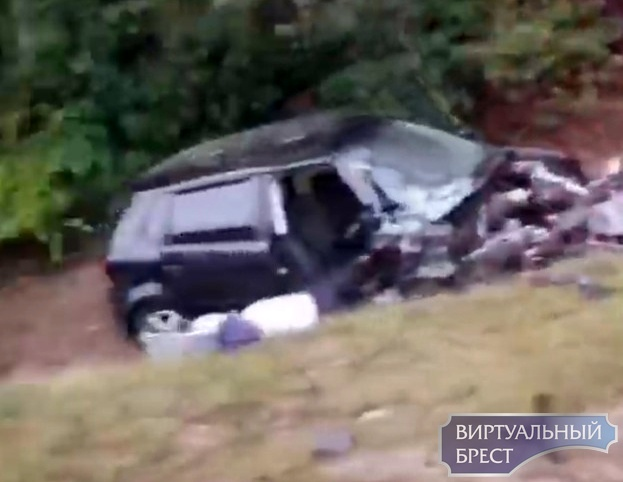 Серьёзное ДТП на трассе Кобрин-Малорита у поворота на Каташи: автомобиль в кювете