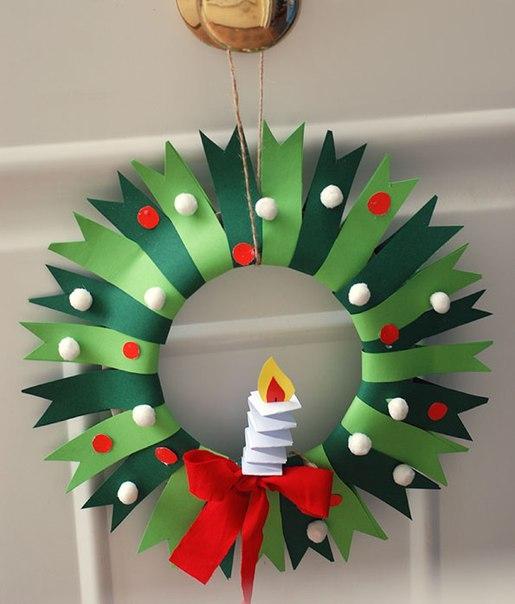 НОВОГОДНИЙ ВЕНОК ИЗ БУМАГИ СВОИМИ РУКАМИ Красивый новогодний венок можно сделать своими руками из одноразовой картонной тарелки и цветной