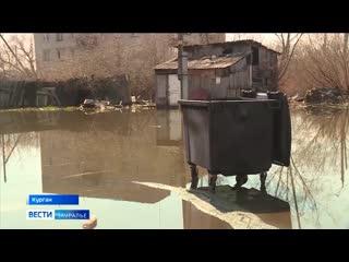 В Кургане жильцам дома на улице Пугачёва из-за воды во дворе приходится становиться экстремалами