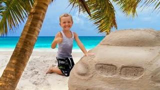 Construisons une grande voiture de sable! Vidéo intéressante pour enfants.