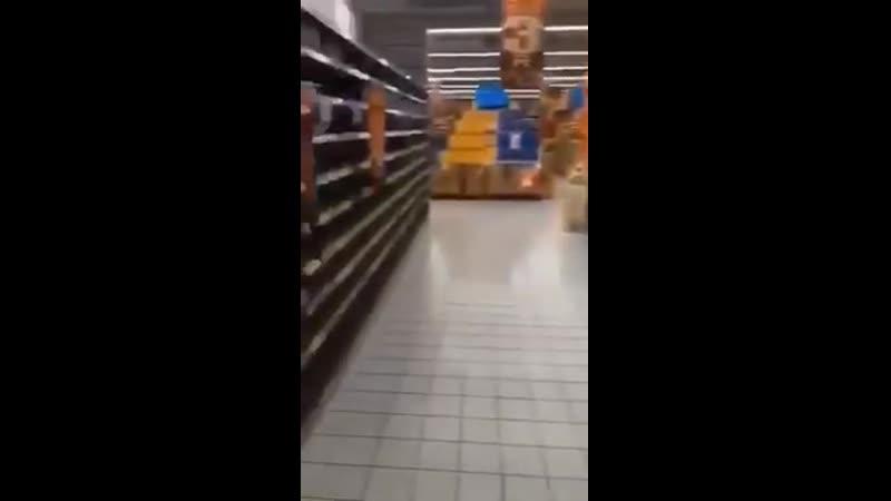 Des rayons de supermarchés vides à Wuhan en Chine