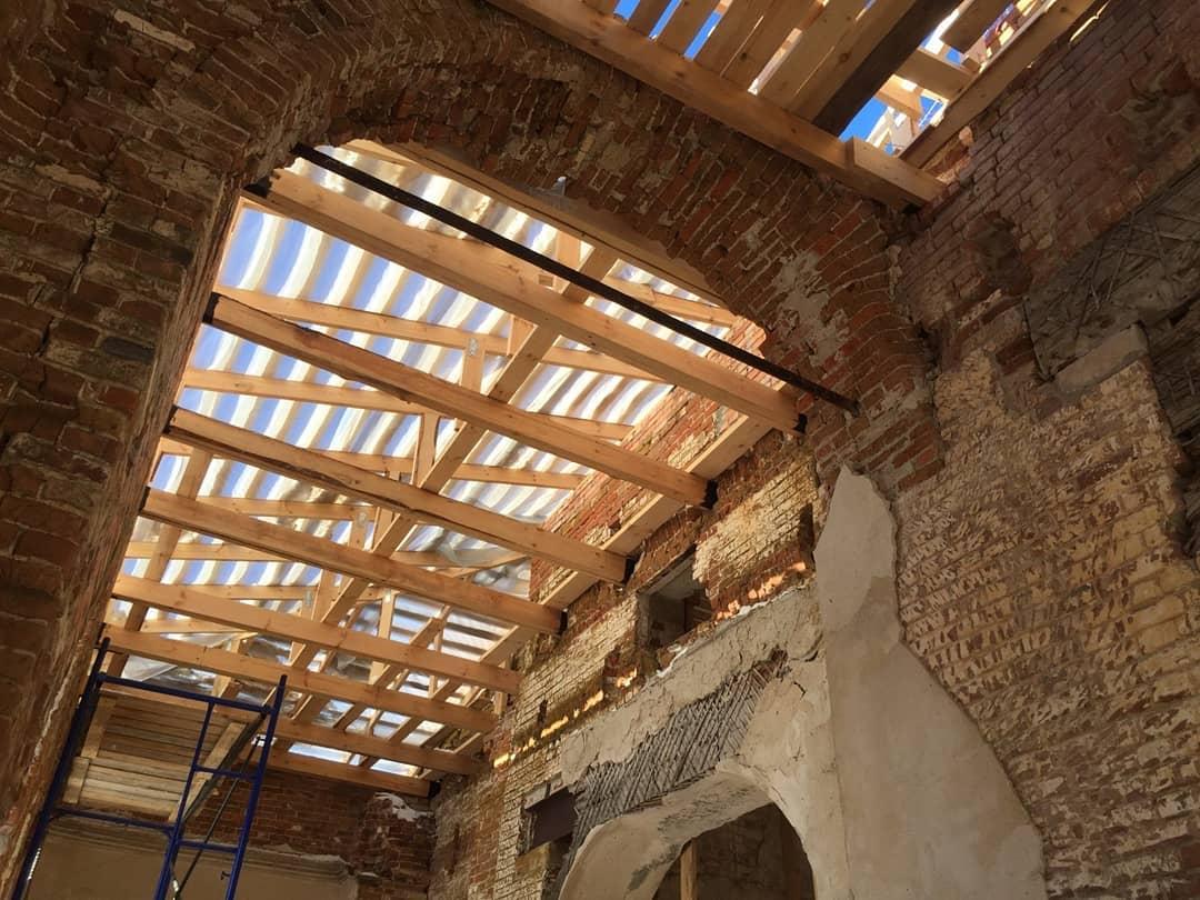 В старинном храме Всех Святых села Таволожка Петровского района продолжаются работы по устройству кровли здания