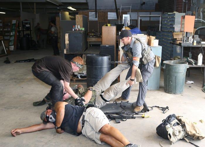 Кандидаты в ряды US SF перемещают статиста, который отыгрывает роль раненого. Фото сделано 11 июля 2019 года при прохождении кандидатами заключительного этапа обучения известного как «Robin Sage» и проводятся в центральной части Северной Каролины. Фотограф Армии США К. Кассенс (K. Kassens)