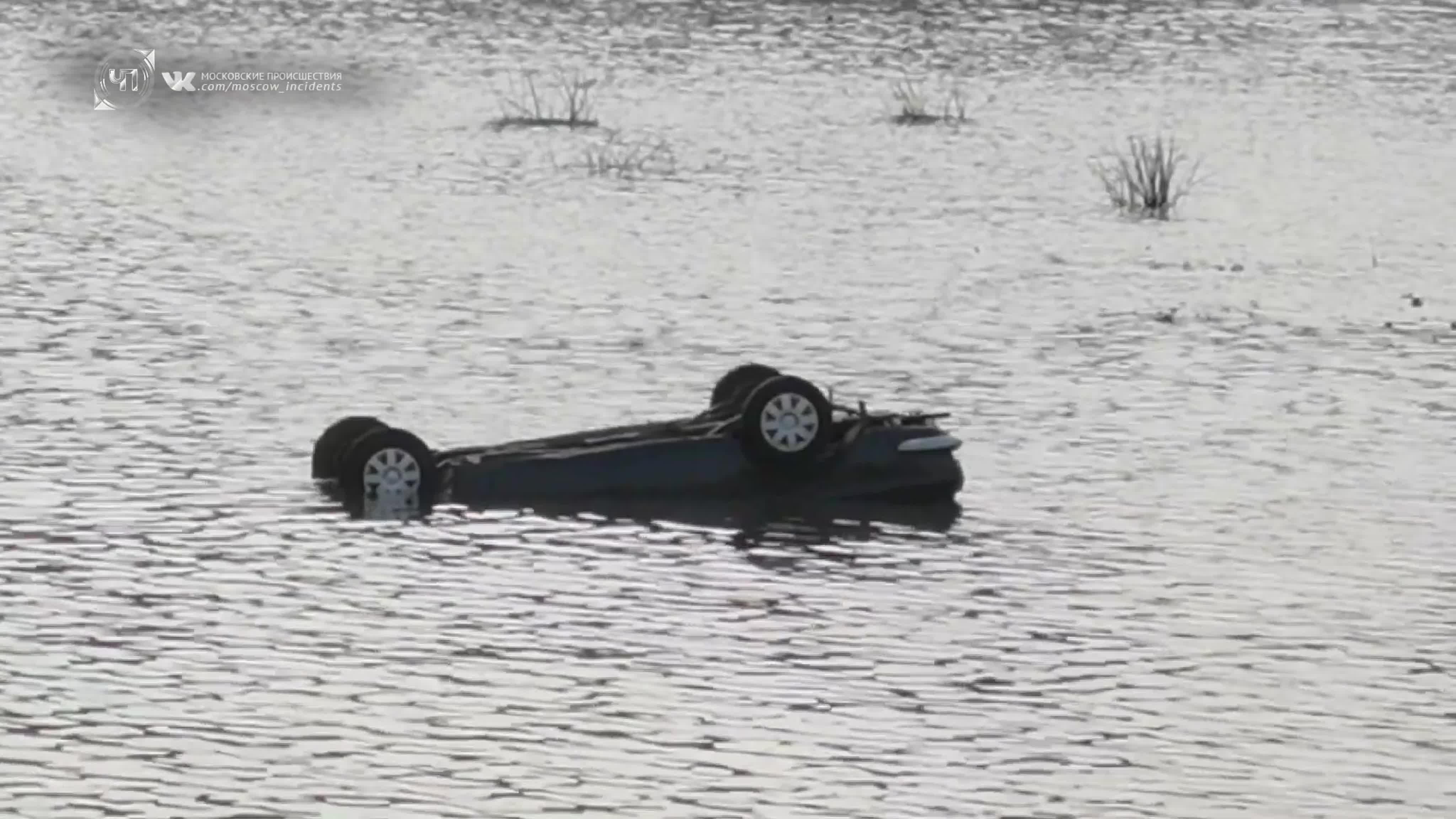 12 октября очевидцы сообщили о падении автомобиля в акваторию Москвы-реки.