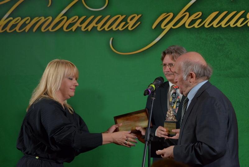 С.М.Некрасов вручает приз Премии Наталье Зазулиной