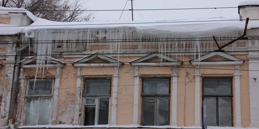 В Петровске главу управляющей компании оштрафовали за неочищенные от сосулек крыши