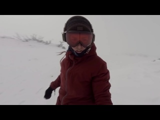 Сноубордистка засняла медвежью погоню