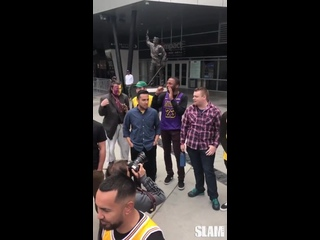 Болельщики «Лейкерс» скандировали «Хватит с нас Рамбиса» возле «Стэйплс центра»