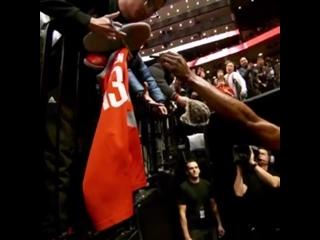 Джеймс Харден после победы над «Торонто» подарил свои кроссовки болельщику