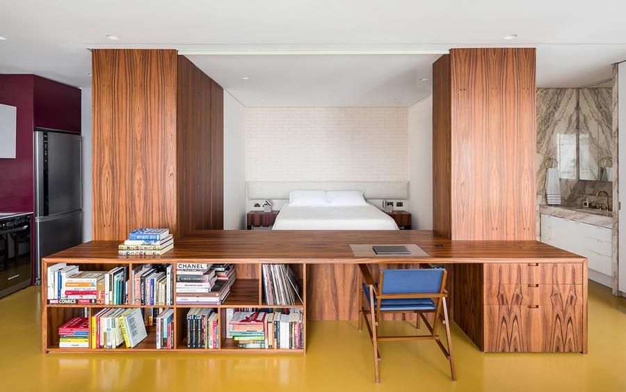 Интерьер просторной студии 70 м с колонной в Бразилии.