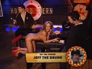 OON-CMNF-видео – девушка, надеявшаяся стать звездой Playboy, раздевается догола и позволяет себя шлёпать на шоу Говарда Стерна
