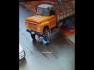 Бразилец забыл поставить грузовик на ручник, а затем попытался его остановить. Не очень сообразительный мужик был.