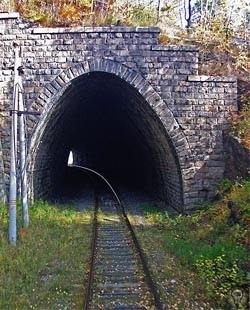 Вдоль по Кругобайкалке Железная дорога позволяет попасть в мир странных контрастов и совершить путешествие во времениЖелезная дорога не просто рельсовый путь между населенными пунктами,