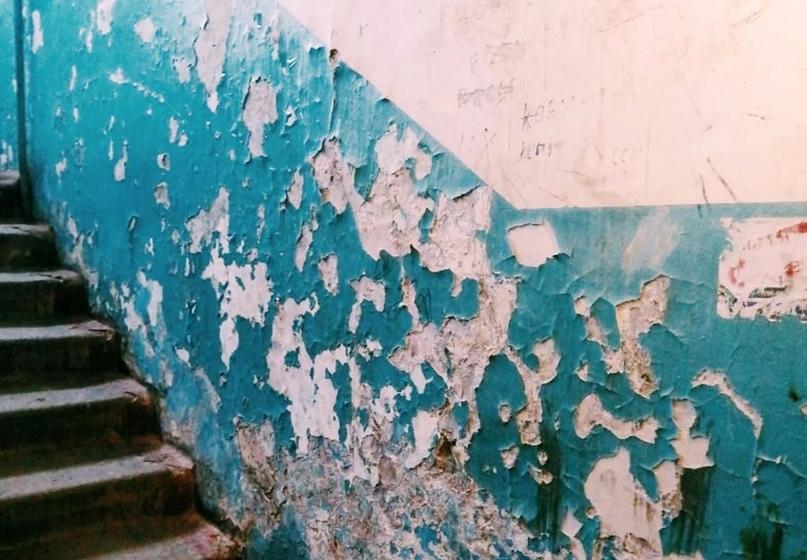 Перечень работ, относящихся к текущему ремонту общедомового имущества, включает в себя восстановление отделки стен, потолков и полов отдельными участками в подъездах многоквартирных домов