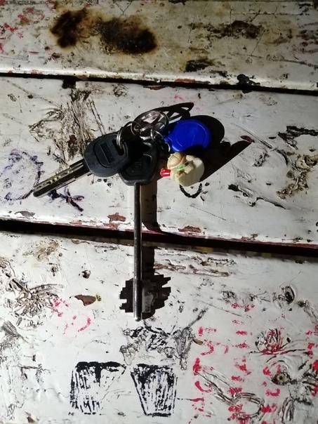 Нашёл ключи во дворе Первомайского 32а. Чьи?...