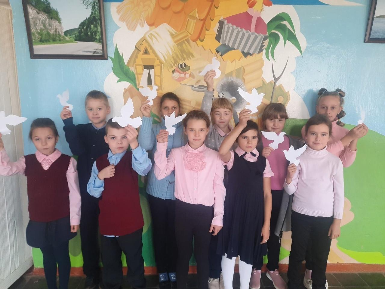 Ученики петровских школ №1 и №2 поздравили сверстников с Международным днём мира