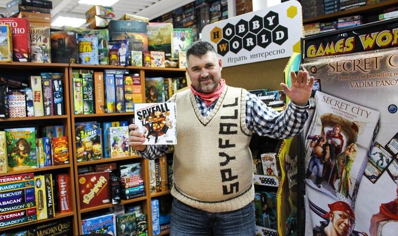 Игра Spyfall переведена на более чем 25 языков во всём мире. На фото Александр Ушан — автор игры, в фирменной жилетке шпиона.