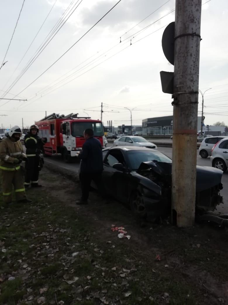 В Курске водитель, пытаясь избежать столкновения с другой машиной, въехал в столб