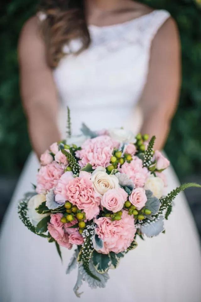 GPK3NqFAyn0 - Свадебные букеты с гвоздиками - фото