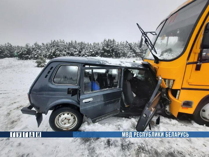Под Осиповичами «Нива» протаранила школьный автобус: один человек погиб, три пострадали