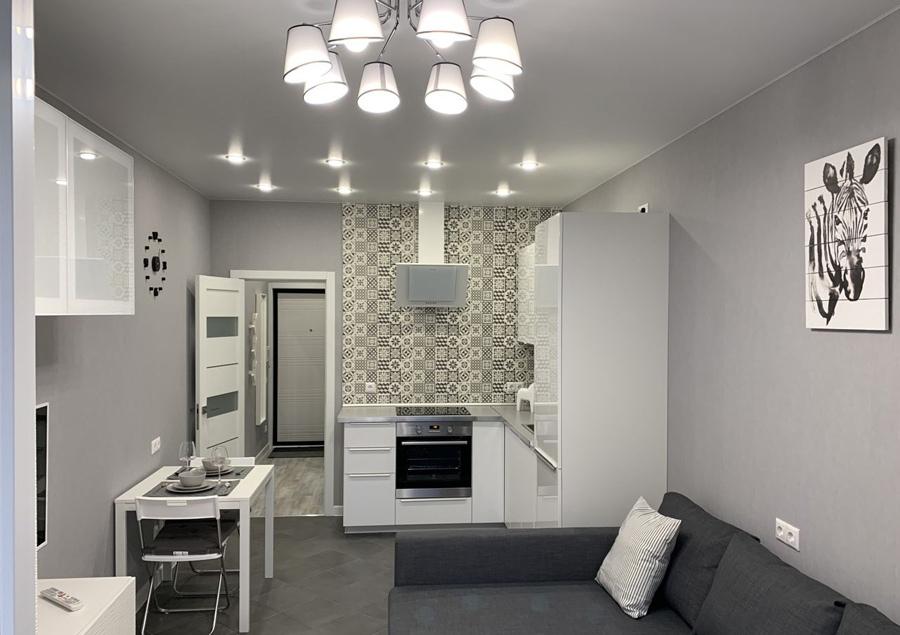 Серо-белый интерьер квартиры-студии 24 м (+ лоджия) в Московской области.