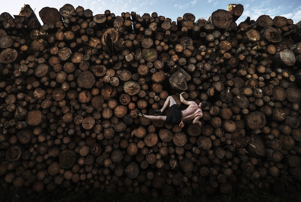 В категории «Спорт» в конкурсе World Press Photo-2021 победила фотография Адама Претти, где во время тренировки по боулдерингу скалолаз Георг забирается по груде брёвен в Германии (Бавария).