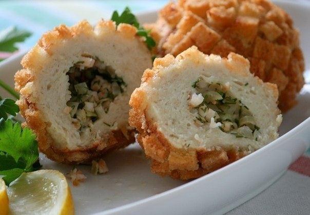 Рыбные «Каштаны» Для фарша: - 1 свежая щука (нам нужно 900 г филе)- 1 большая луковица- 2 ст.ложки сливочного масла для пассеровки- 100 г свежего белого батона (или 40 г высушенного)- 0,5