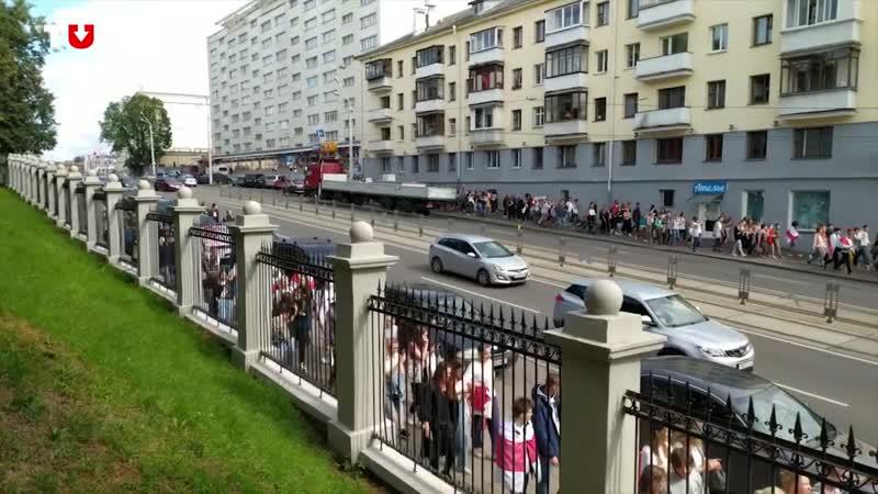 Протестующие студенты разделились на две части.Одна пошла к Лицею БГУ.