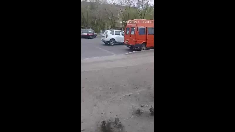 8) водителя оранжевого микроавтобуса, ГРНЗ 827 PYA 09, который 14.05.2019 г., 14 ч.30 м., на остановке «45 квартал» нелегально в