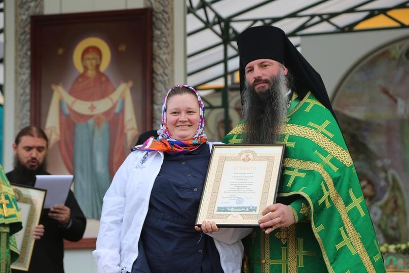 Настоятель Вознесенской Давидовой пустыни игумен Сергий наградил добровольцев кинокомпании «Союз Маринс групп»